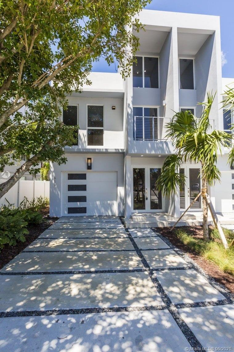 Modern and private townhouse beautifully designed. Bright and spacious layout. Features 2957 Sqft of