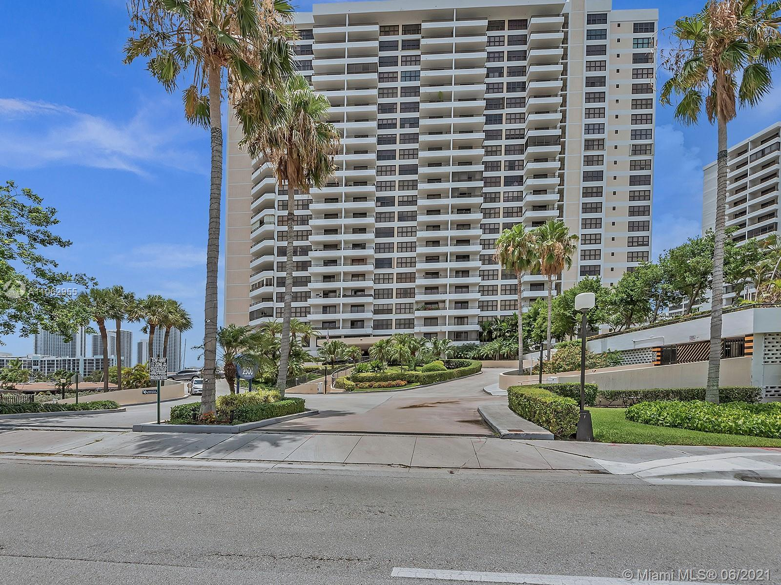 Spacious 2/2 condo on the 21st floor with breathtaking views over the intercoastal. Amazing space wi