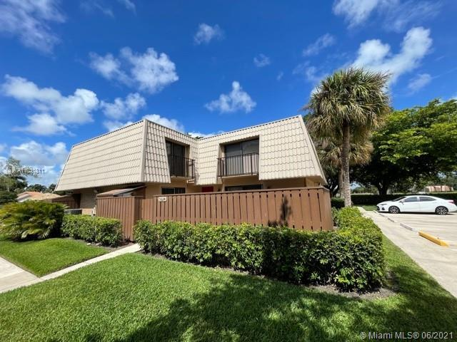 Beautiful 2/2.5 townhouse in sought-after Sandalwood Village Lake, Kitchen has Granite Countertops a