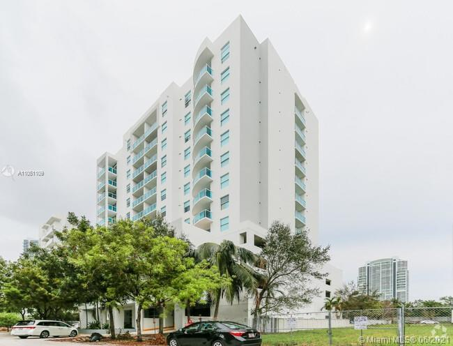Boutique building in the center of Brickell, this 2/2 unit has it all, tile floors throughout, stain