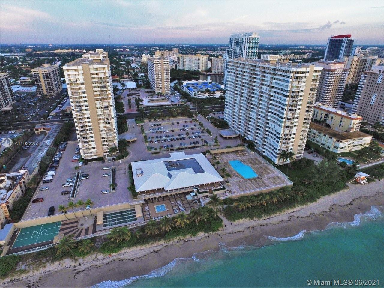 BEAUTIFUL CONDO DIRECTLY ON THE OCEAN, FULLY RENOVATED, AMAZING VIEWS. COMPLEX HAS 2 GYMS, 2 POOLS,