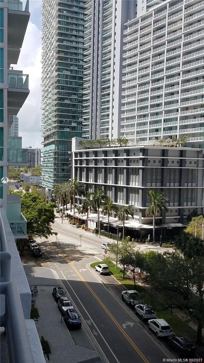 Beautiful AND rare 1 bedroom loft with 2 full bathrooms with den.  1 Assigned parking and valet avai