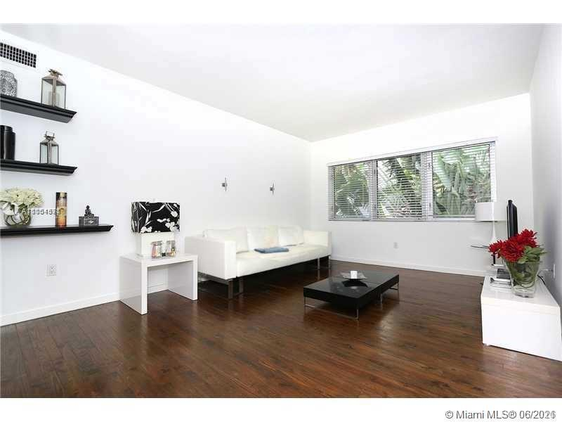 fully furnished one bed room in the heart of SoBe 1 block from Lincoln. Walking to Ocean. Quiet envi