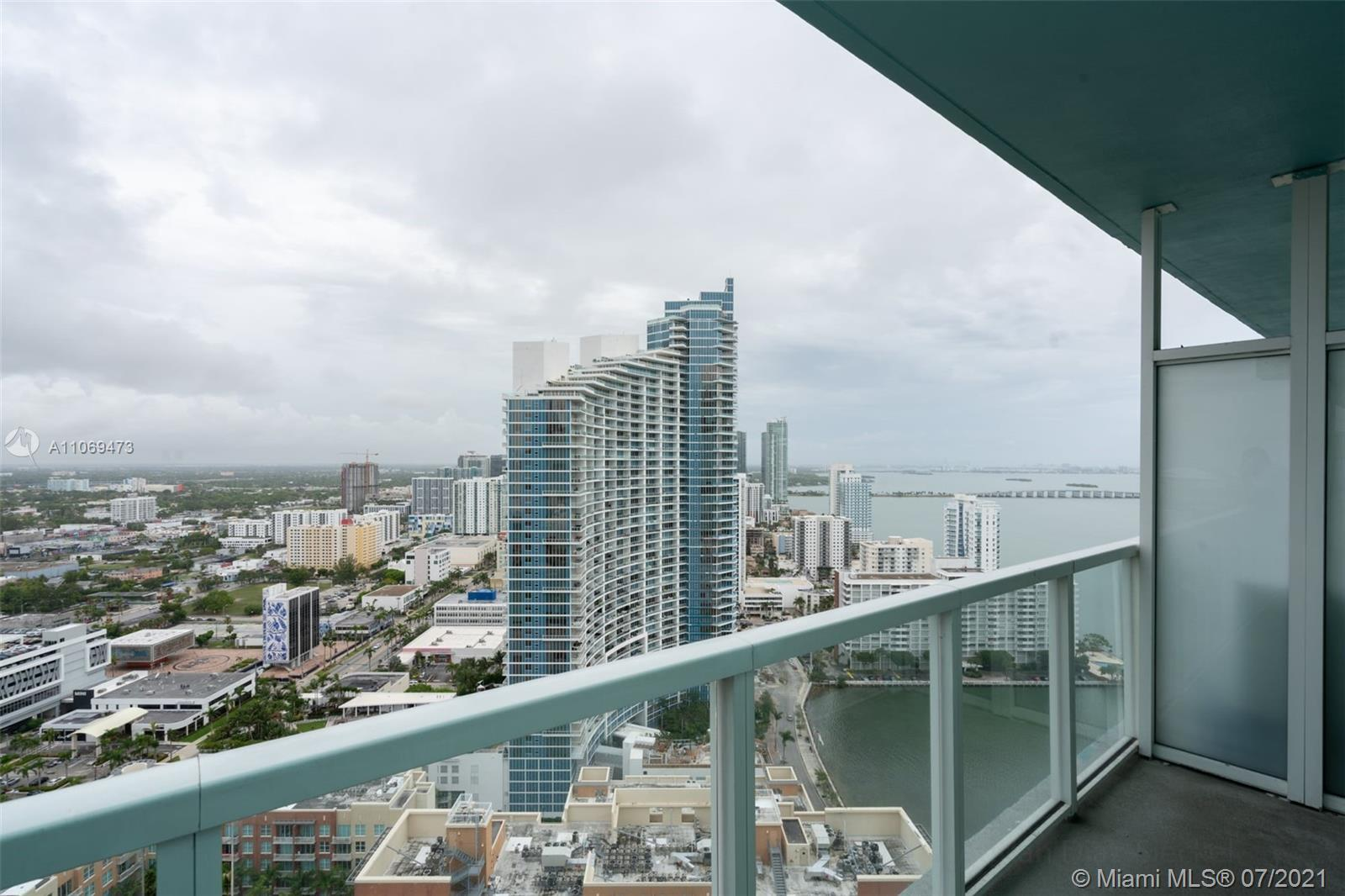 GORGEOUS BAY & CITY VIEWS FROM THIS BEAUTIFUL QUANTUM UNIT PERFECTLY LOCATED IN TRENDY AREA CLOSE TO