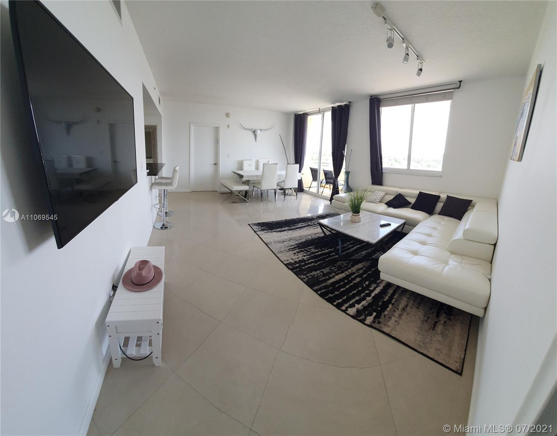 Excellent location! Stunning 3bed/2bath unit. Split floorplan, has a lot of bright natural light com