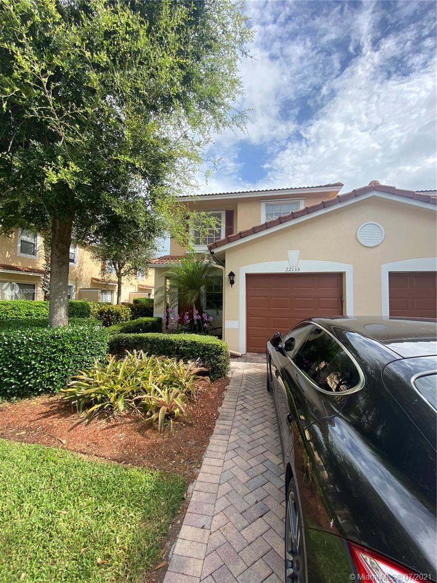 Beautiful, bright  and spacious cornet unit with 3 bedrooms and 2 and a half bathrooms, located in d