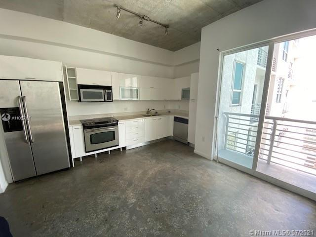 Enjoy this beautiful loft style 1 bed/1 bath unit at the loft. Building features great amenities inc