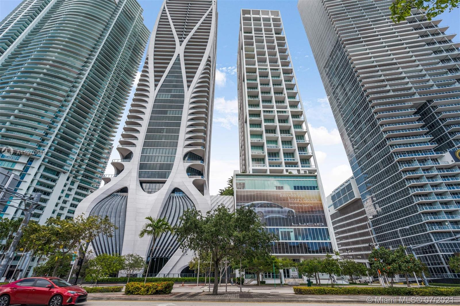 Luxury condominium in Downtown Miami with spectacular sunset views and vibrant city life. This sleek