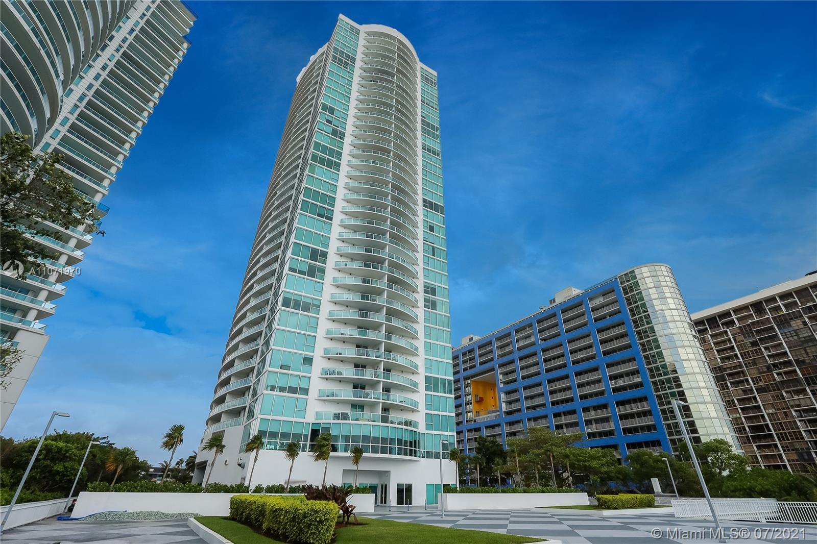 SPECTACULAR BAY VIEWS OF BISCAYNE BAY FROM THIS 1BE/1BA CONDO UNIT. MARBLE FLOORS IN KITCHEN, FOYER