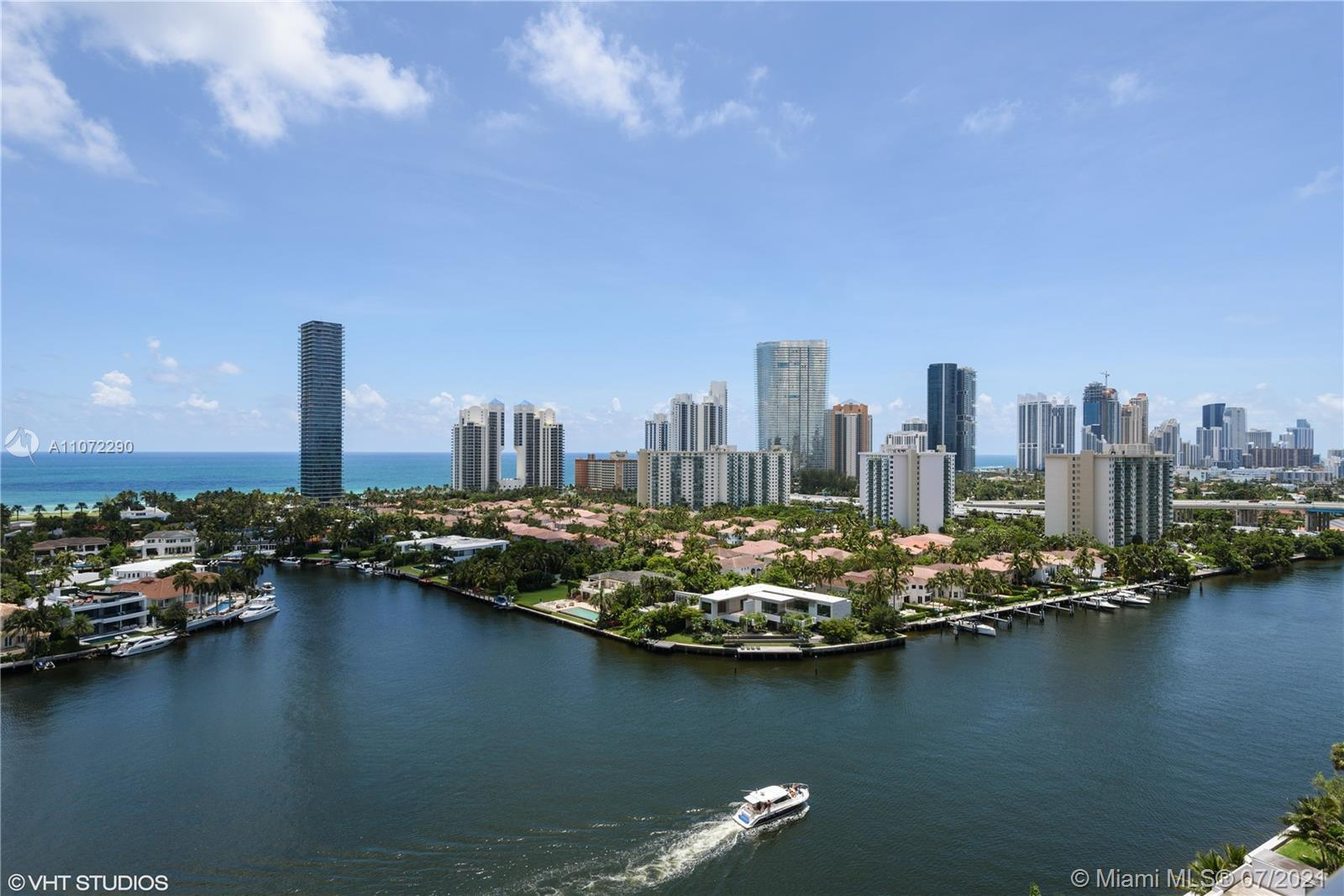 If a fabulous view and a great space is what you are looking for, look no further. Expansive ocean a