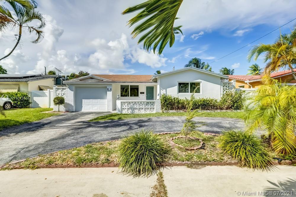 Lovely 2 bedroom, 2 bathroom single family home in Hollywood! This perfect starter home or investmen