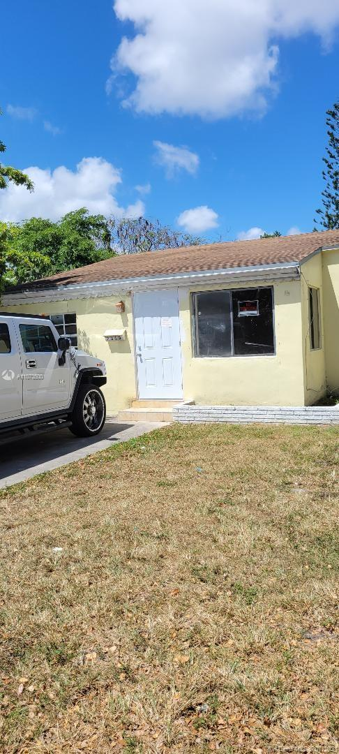 Cozy 3 bedroom - 2 bedroom house located in the heart of Hollywood east of I95.  Freshly painted, ti