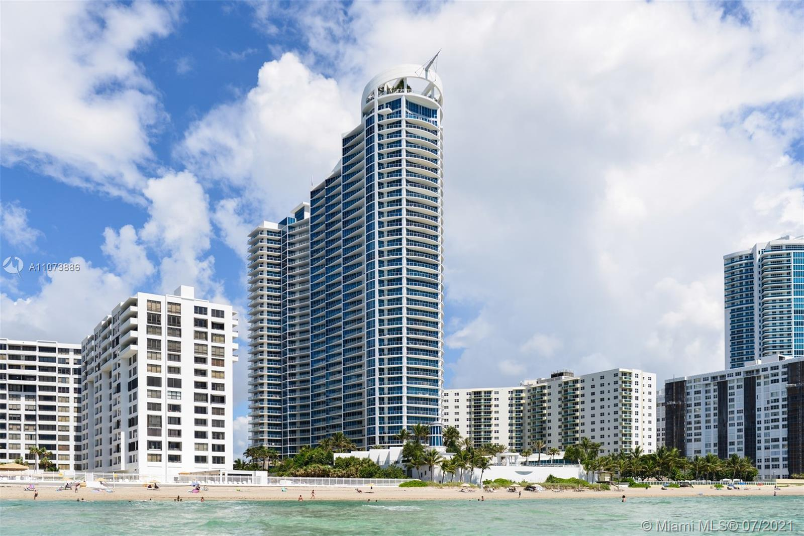 OCEAN FRONT RESORT STYLE IN THE OCEAN PALMS, HOLLYWOOD BEACH. ENJOY THE VIEW AND BREEZE OF THE OCEAN
