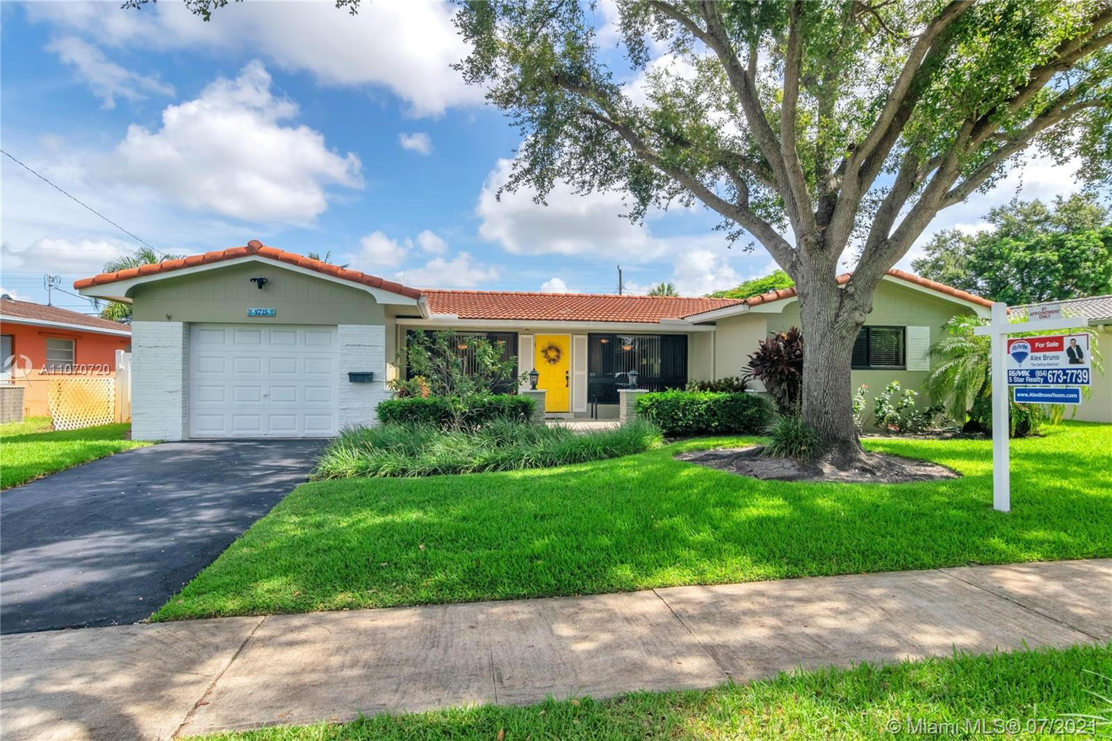 CONVENIENTLY LOCATED IN THE HEART OF HOLLYWOOD HILLS. THIS HOME FEATURES 3 BD PLUS DEN. 2 FULL BA AN
