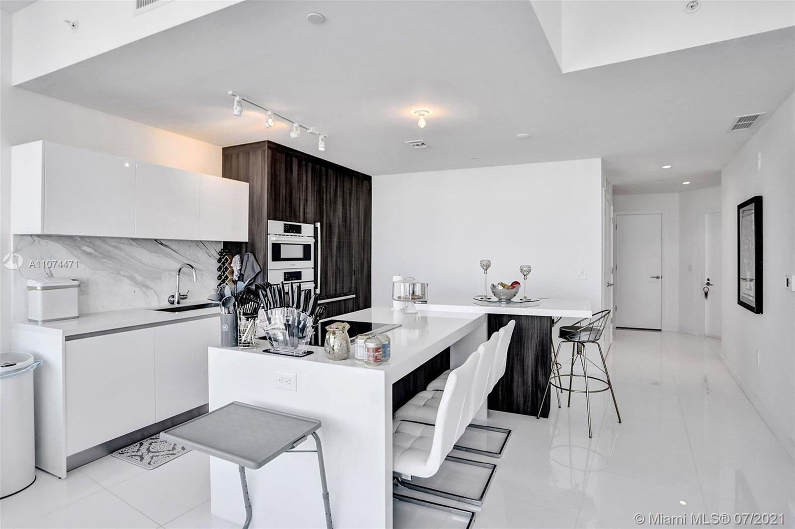 Beautiful 1bed + den / 2 bath. 1,491sqf. Very specious,10 foot ceilings with private foyer, design E
