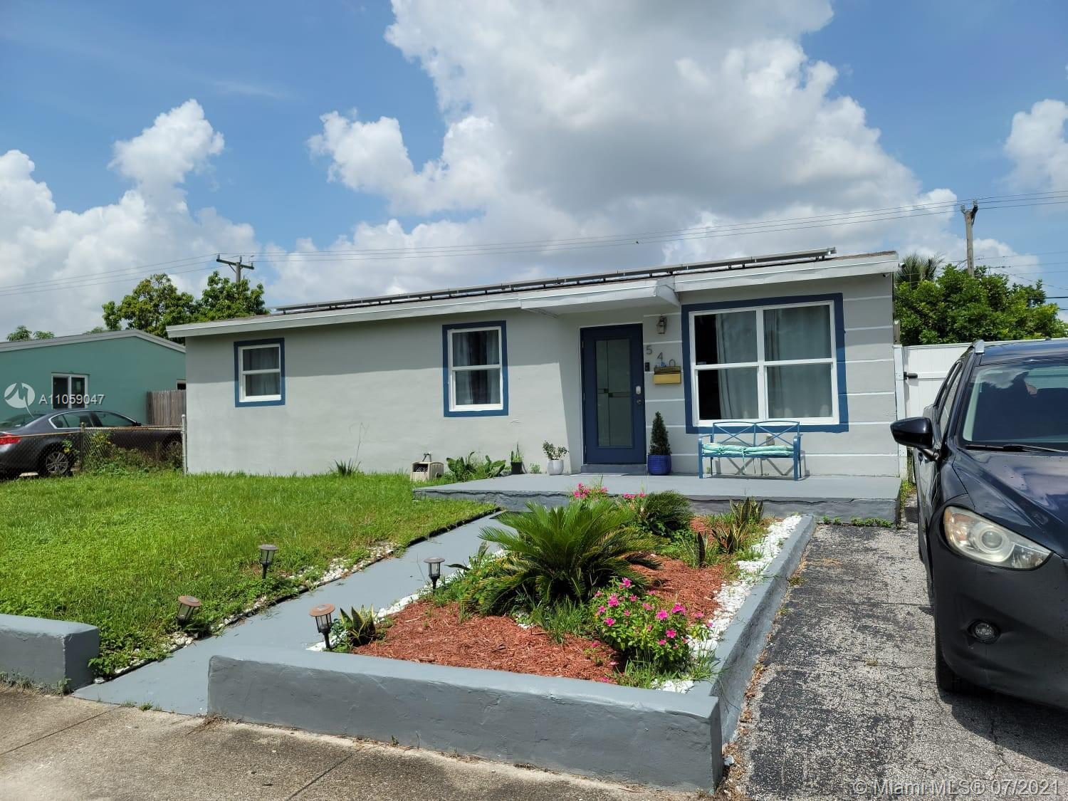 Nice 4 bedrooms 1 bath house with a lot of potential in Hollywood with no association fee in a nice