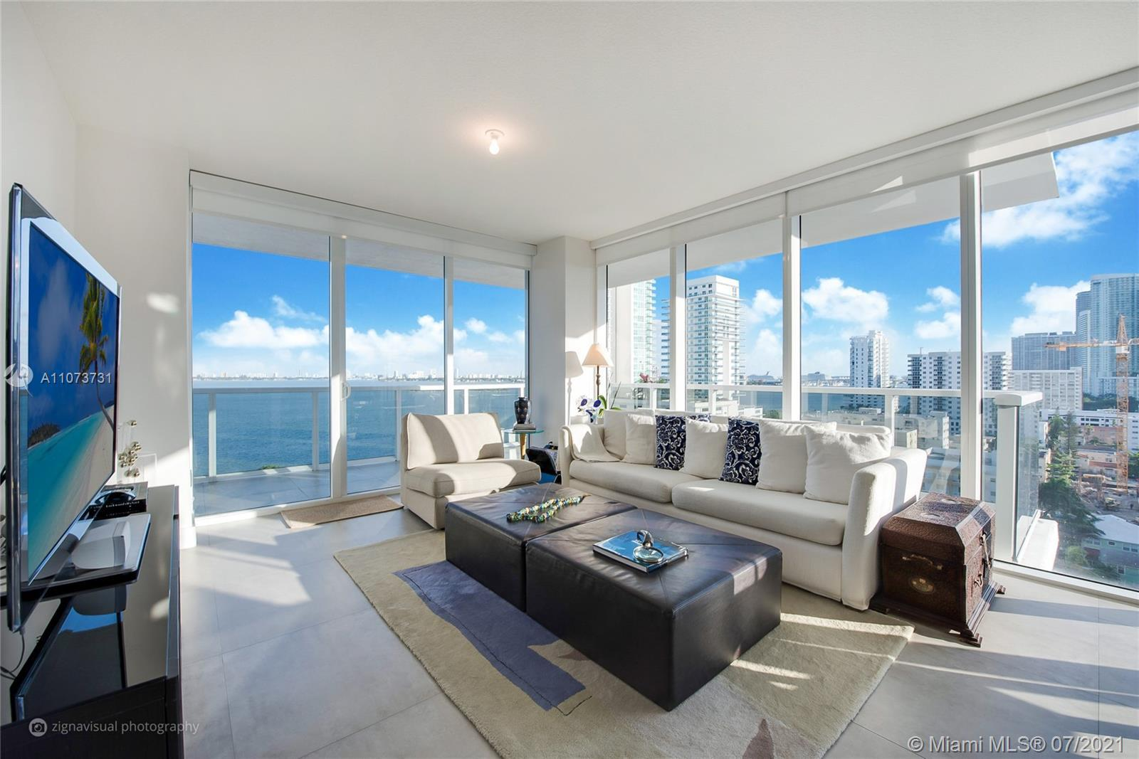 Corner, bright 3 bedroom/2.5 bathroom unit in Bay House in Edgewater. Gorgeous view of the city and
