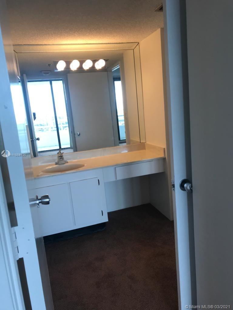 HIGH FLOOR WITH GREAT VIEW, 2/2 *****GREAT LOCATION WALKING DISTANCE TO AVENTURA MALL, SHOPS, BUILDI