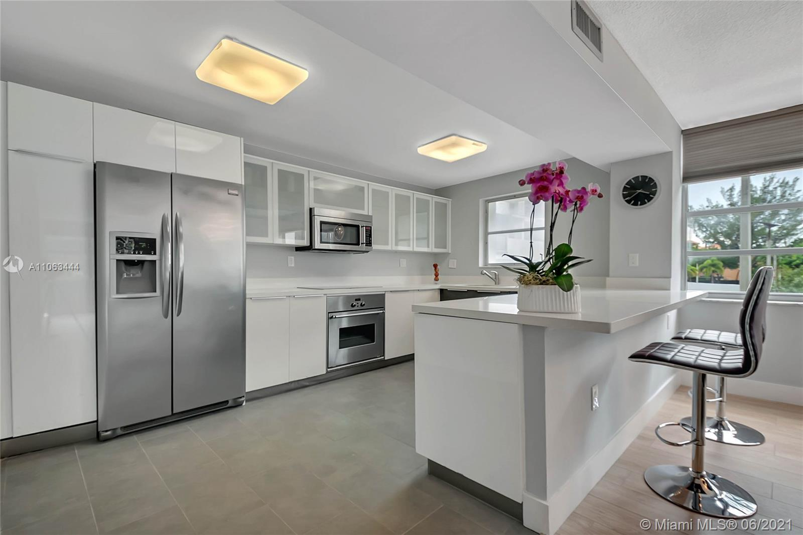 Great opportunity to own this beautiful 2 bedroom unit in Aventura/FL. A private foyer, built-in clo