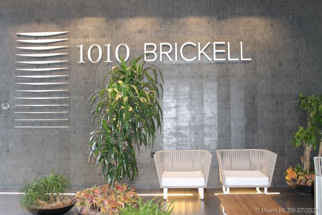 Enjoy this beautiful 1 bed + den, 1.5 baths unit, upgraded at the exclusive 1010 Brickell Condo. Por
