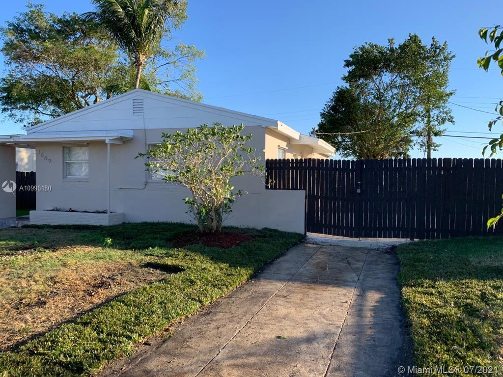 A MUST SEE CHARMING SINGLE FAMILY HOME 3 BEDS- 1 BATH, OVERSIZED LOT. COMPLETELY REMODELED! NEW CERA
