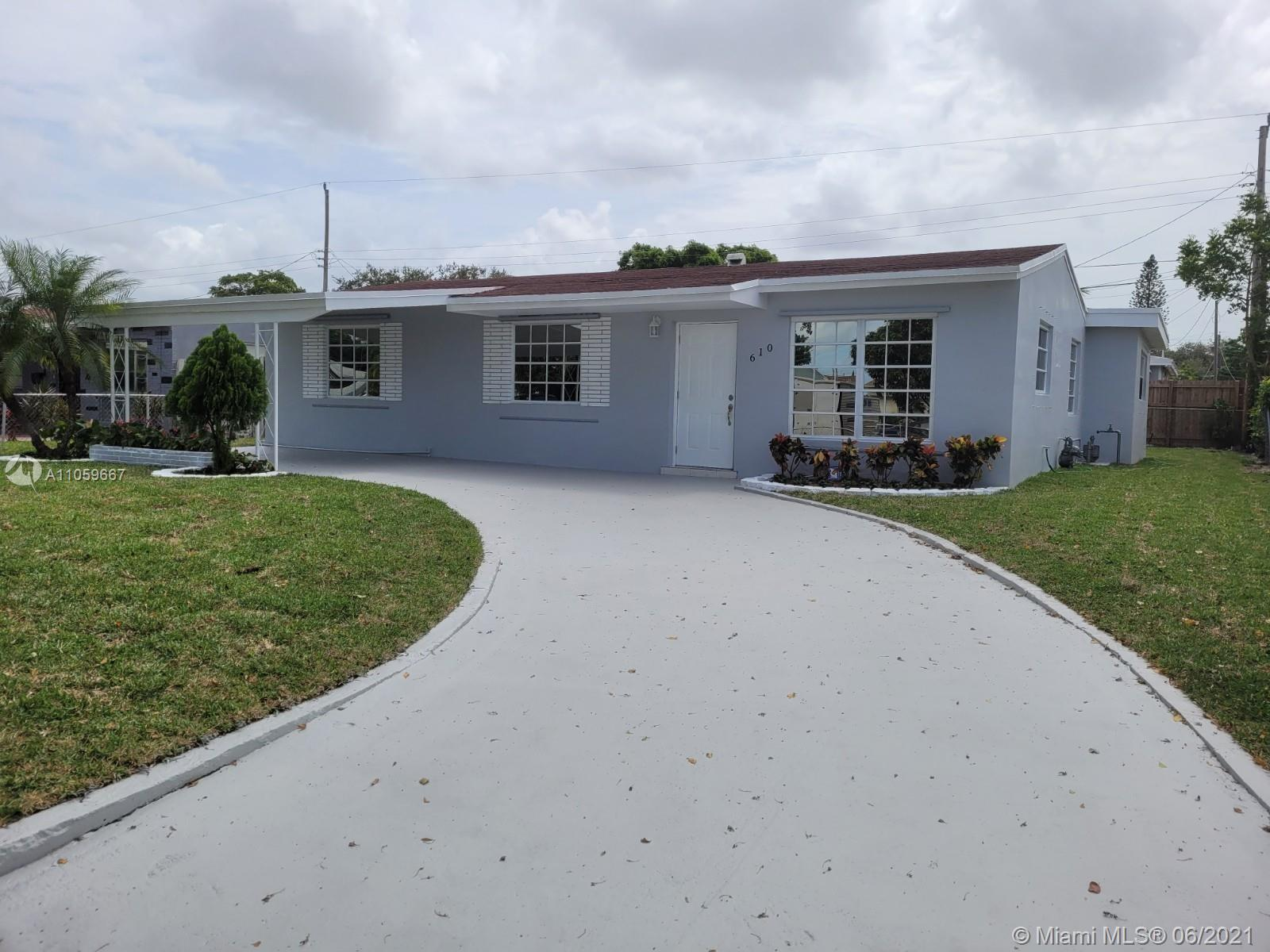 This beautiful, spacious & bright home is located in a well-established community; Spacious living r