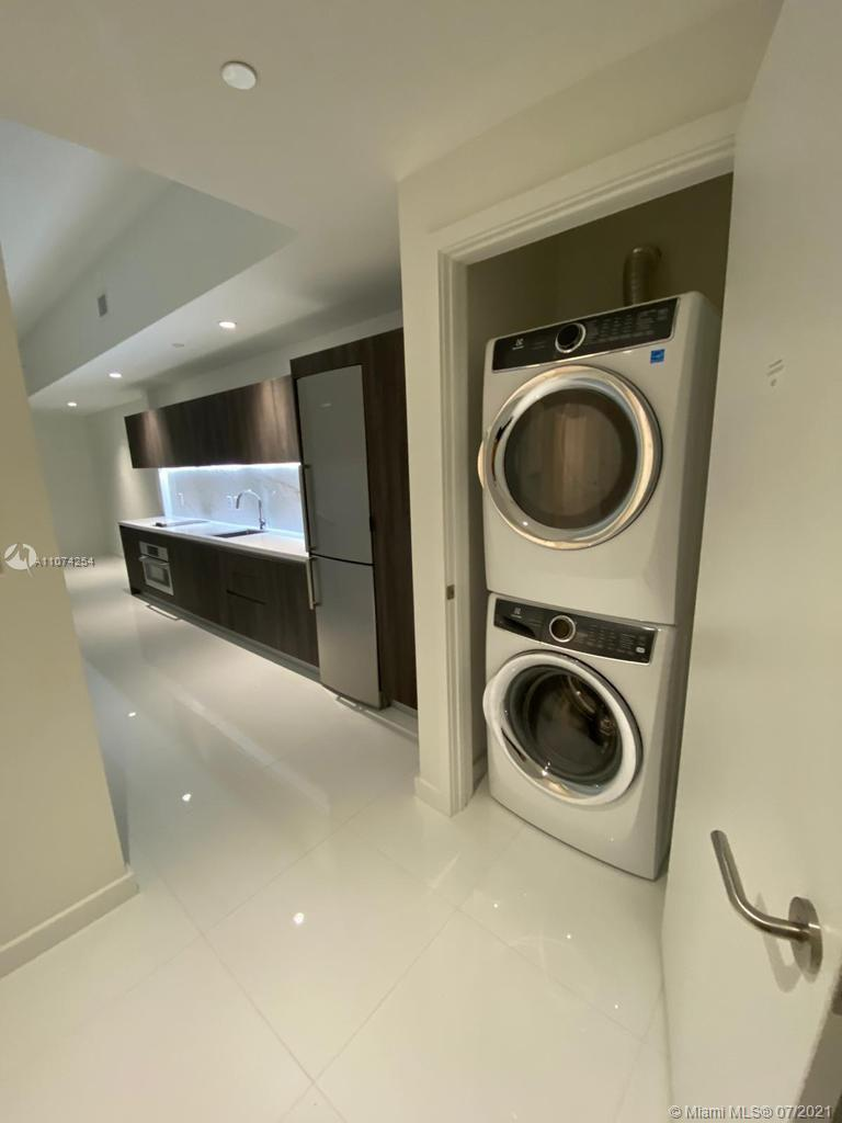 Beatiful studio !! One  bedroom, one bathroom has white porcelain flooring, eat-in kitchen, bathroom