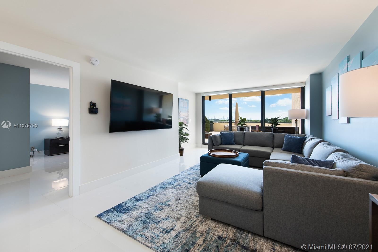 Exquisitely renovated 1 bedroom, 2 bathroom unit in the best area of Miami Beach.  Located on the on