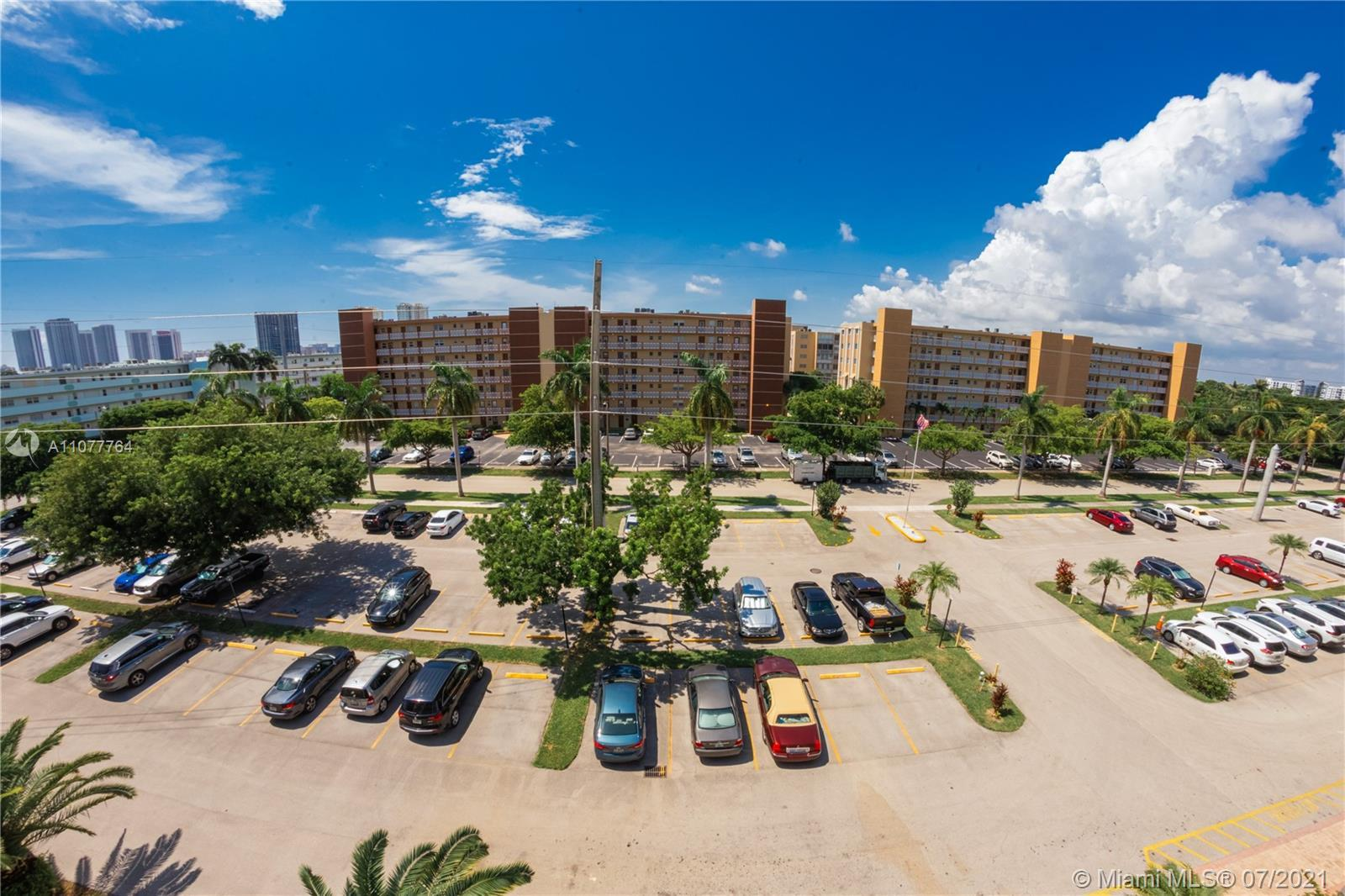 AMAZING APARTMENT. INCREDIBLE APARTMENT IN THE HEART OF HALLANDALE BEACH, LOTS OF CLOSET SPACE, WASH