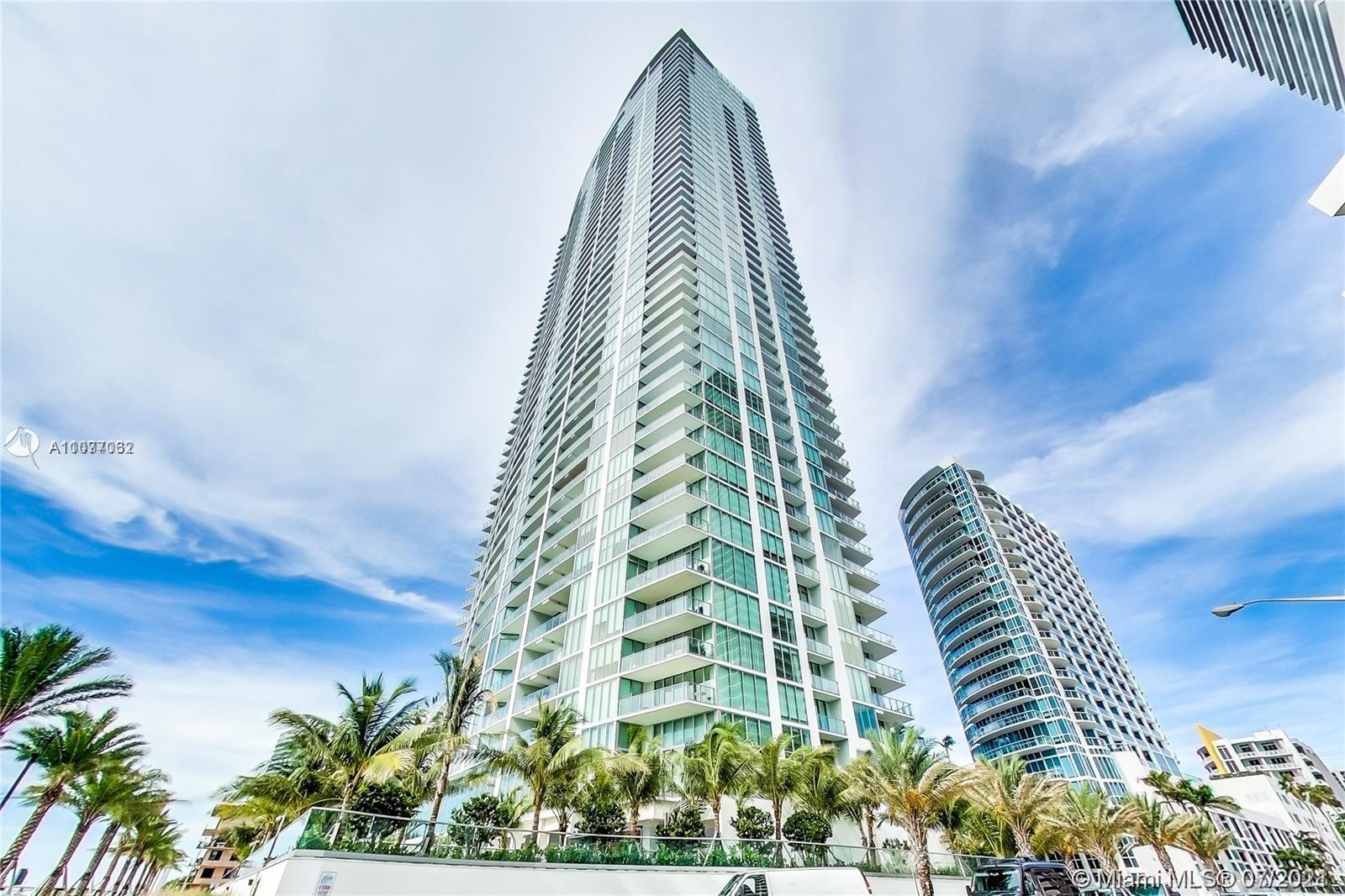 This tropical oasis in the sky boasts panoramic views of the Atlantic Ocean and Biscayne Bay. Luxury