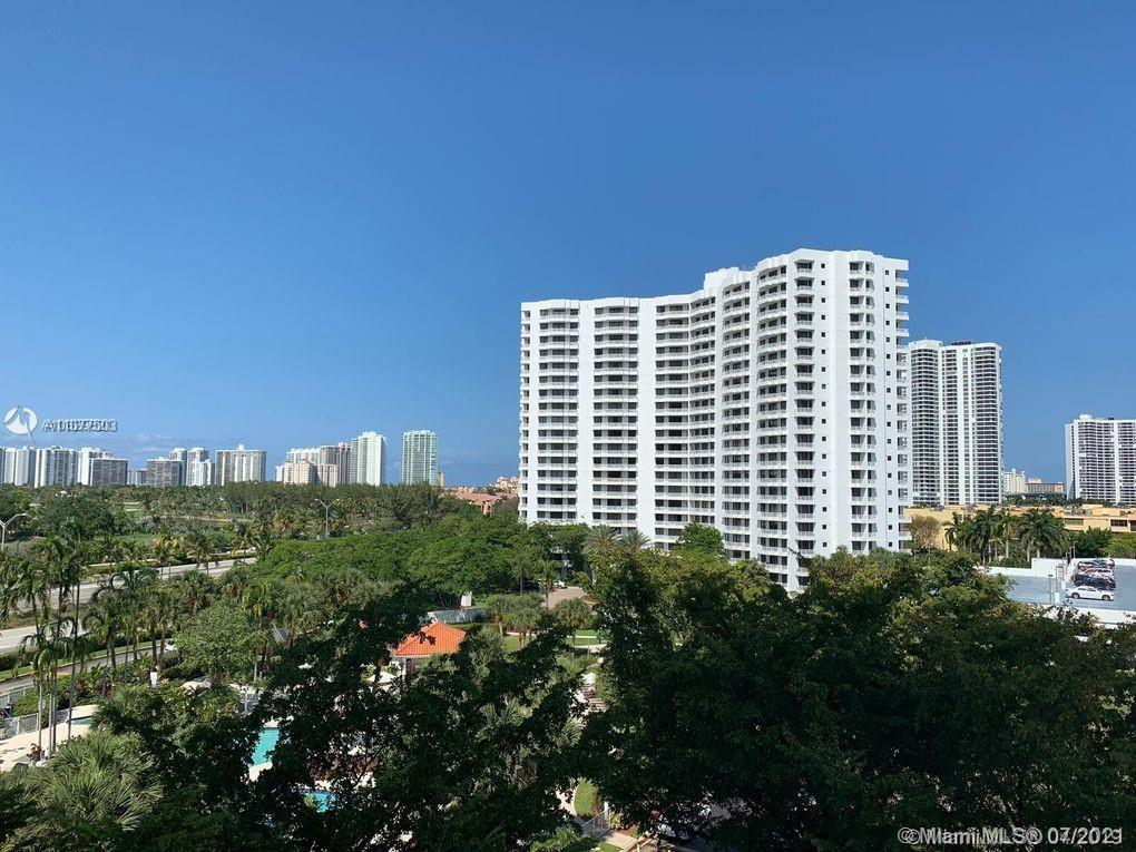 Great condo with remarkable golf course and city views. 1 Bedroom 2 Bathrooms. Wood and Tile floors,