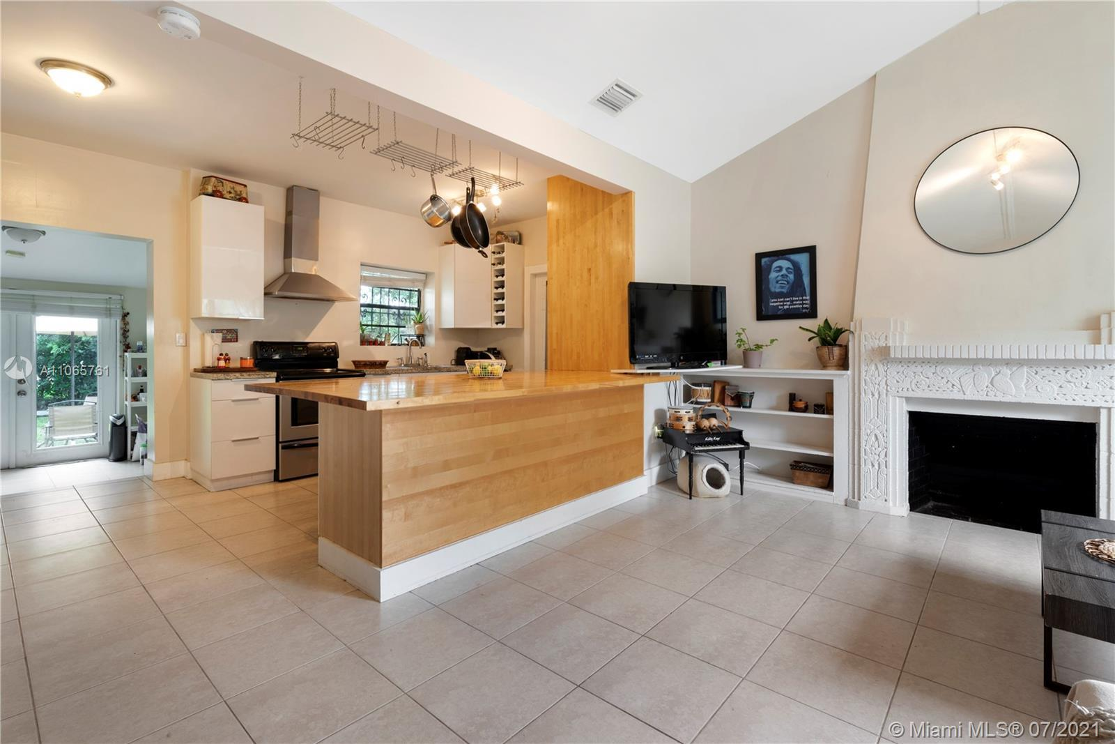 Welcome to Bungalow49! With its vaulted ceilings, Art Deco fireplace and gourmet kitchen, this charm