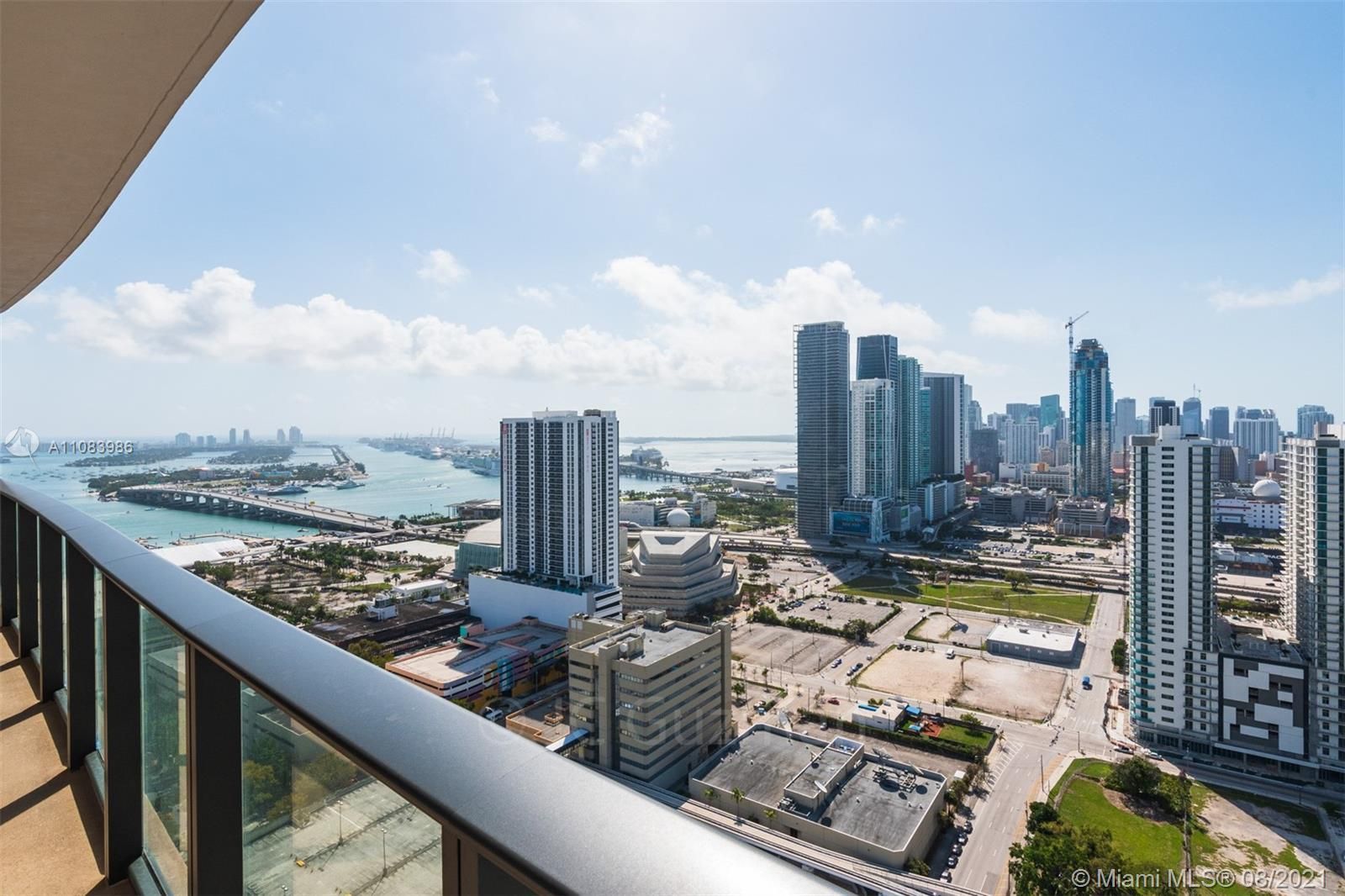 Come and admire this beautiful view of Miami and the bay from the 36th floor. Canvas was designed to