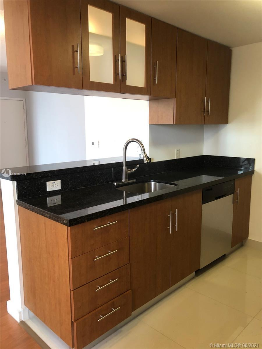 Great 1 bed/ 1 bath apartment, with amazing skyline and bay views. Modern kitchen, stainless steel a