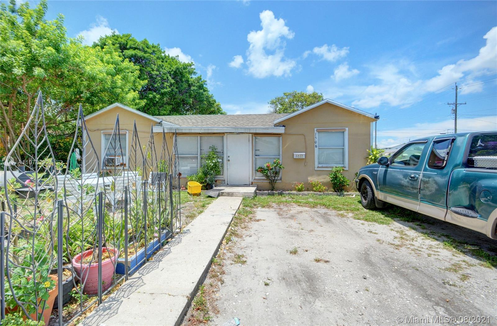 Wonderful Single family for sale, 3 bedrooms 2 bathrooms, the house has a new roof, the bathrooms ar