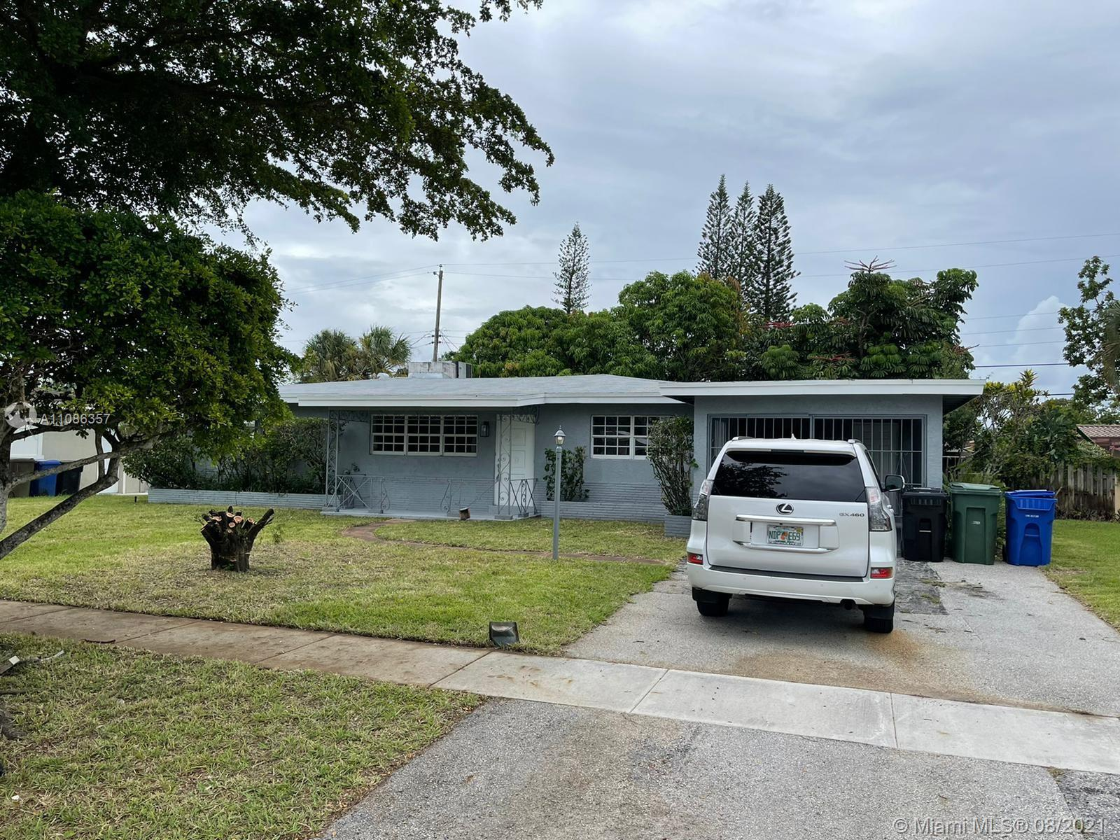 Beautiful renovated Home in nice Fort Lauderdale Community. It has 3 Bedrooms, 2 Bathrooms, a beauti