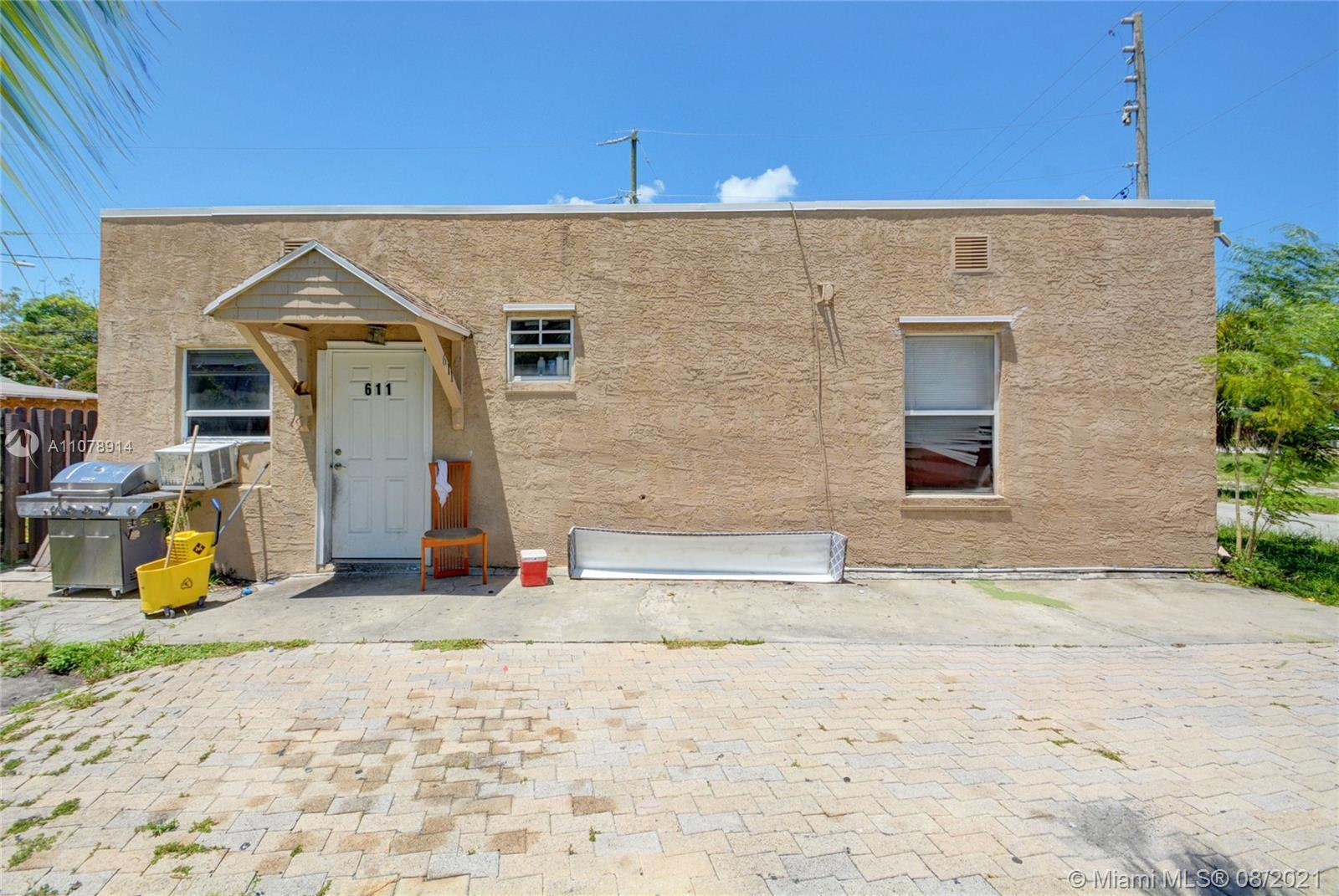 Wonderful Single family for sale, 5 bedrooms 2 bathrooms. The kitchen was replaced a few years ago a