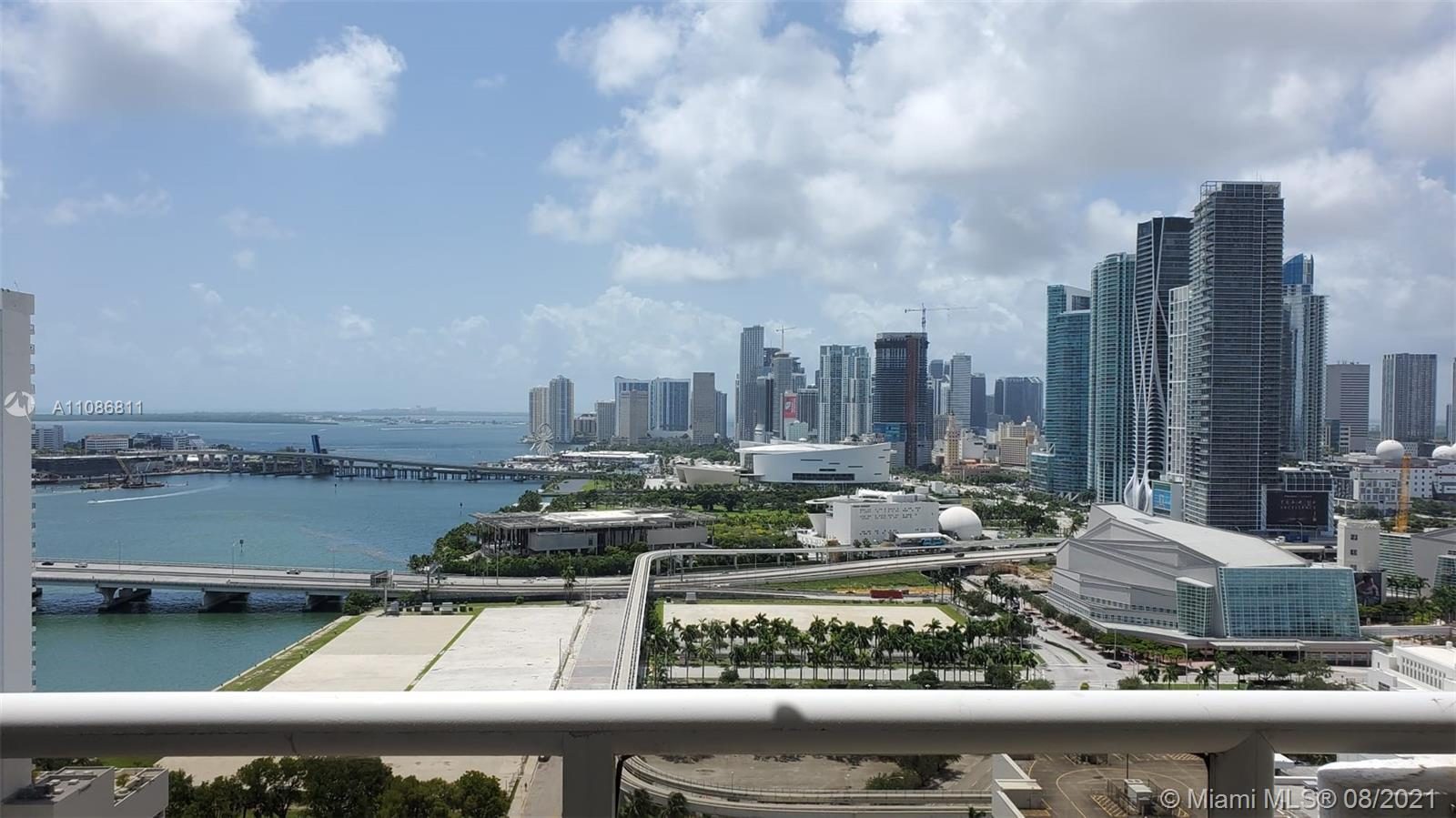 Beautiful corner unit with stunning views of Biscayne Bay and Miami Skyline. Lots of natural light a