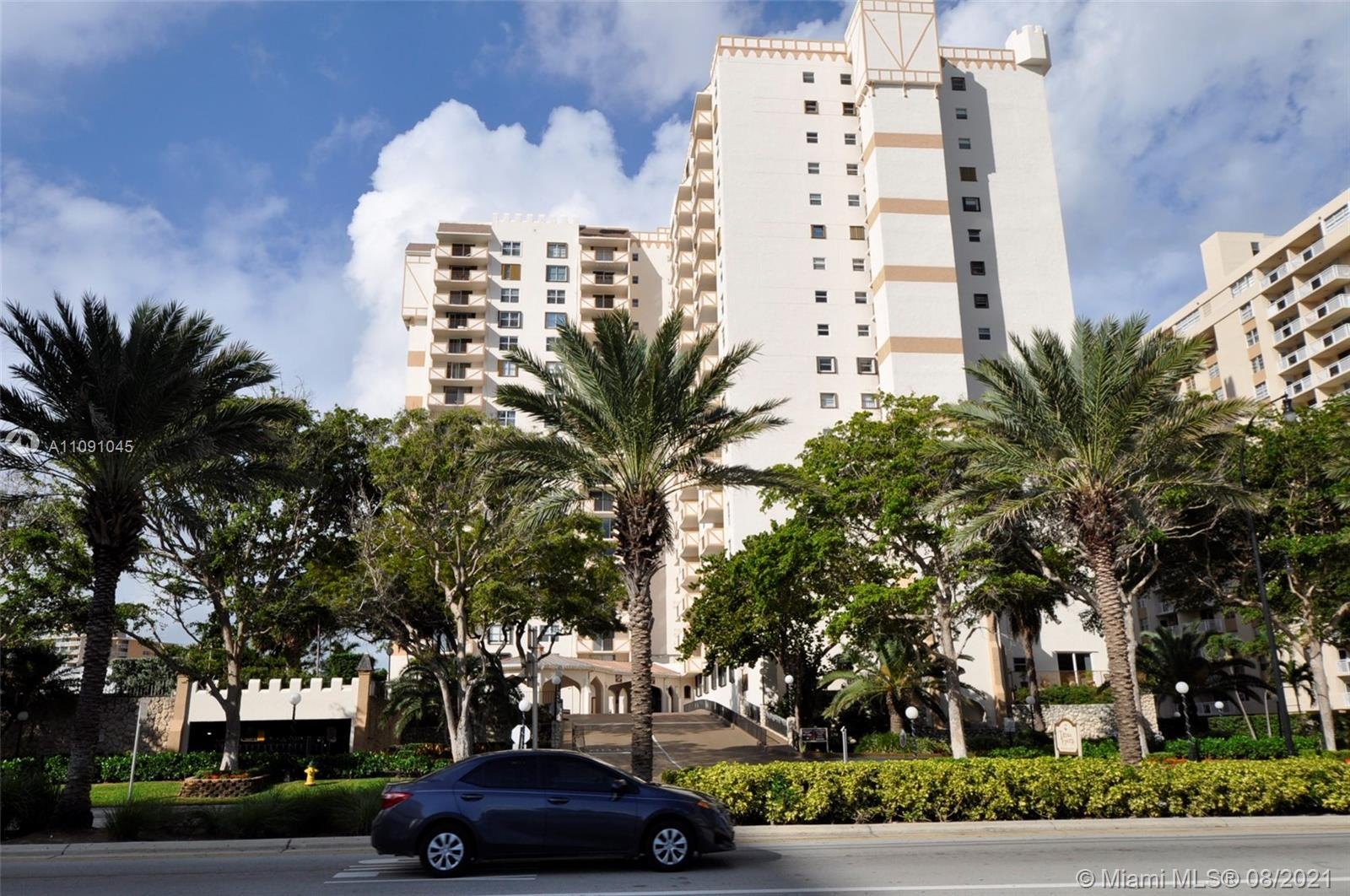 Large 1300sq,f 1bed/2bath corner unit, located in well maintain building, just across the street fro