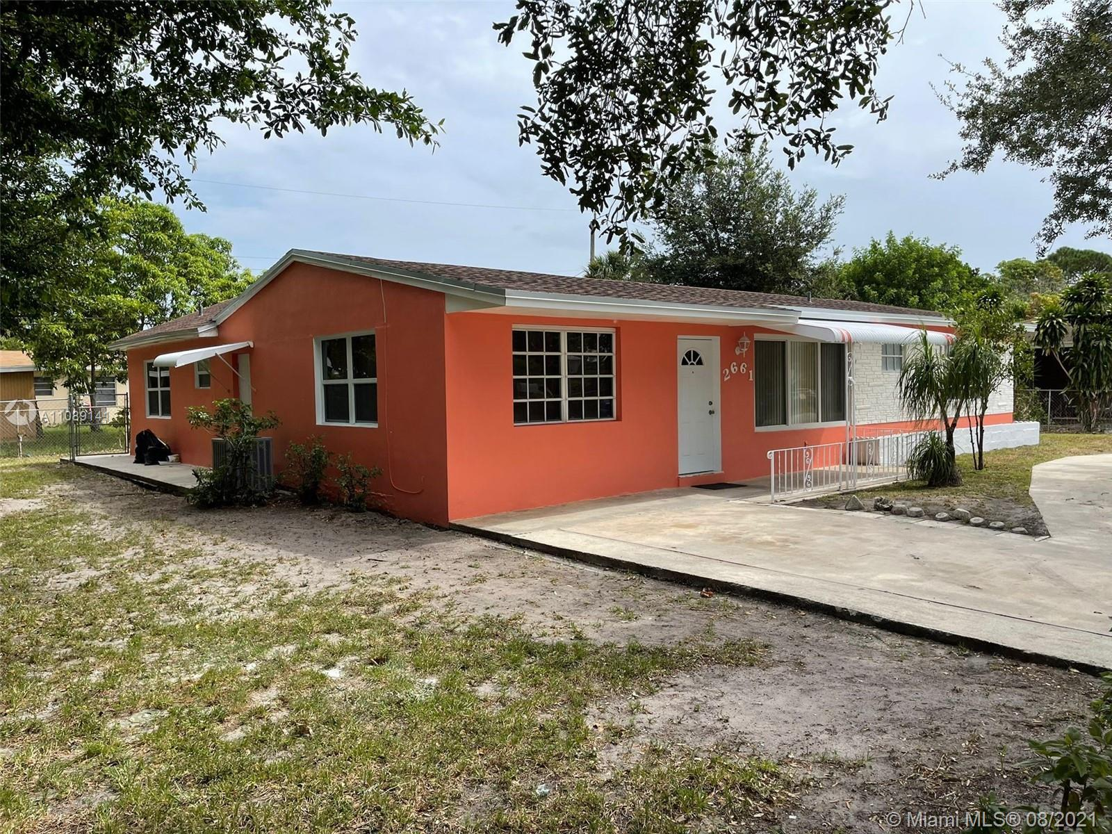 4 BEDROOMS, 3 BATHROOMS SINGLE-FAMILY HOME. FRESHLY PAINTED. TILED THROUGHOUT. EQUIPPED WITH WASHER