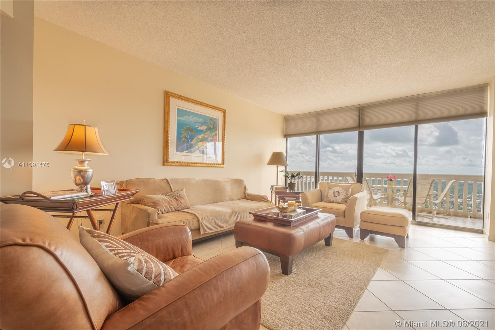 SPECTACULAR VIEWS OF OCEAN, INTRACOASTAL AND ENTIRE SKYLINE OF SOUTH BEACH TO DOWNTOWN MIAMI! SPACIO