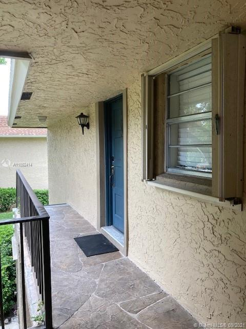 EXCELLENT LOCATION! All ages community, Walking distant to FAU!  2 Bedrooms 2 Bathrooms plus Screene