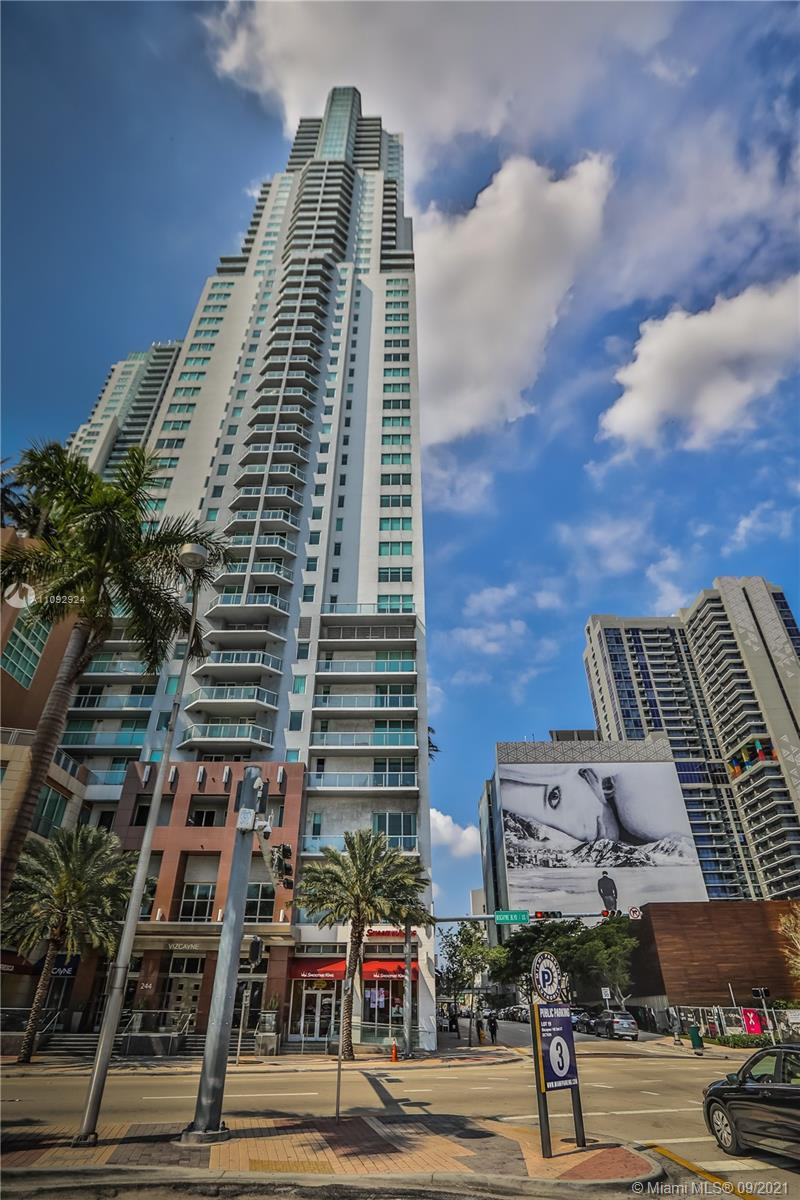 Vizcayne is an urban waterfront property in the middle of Downtown Miami. This is a 2 Bedroom and 2