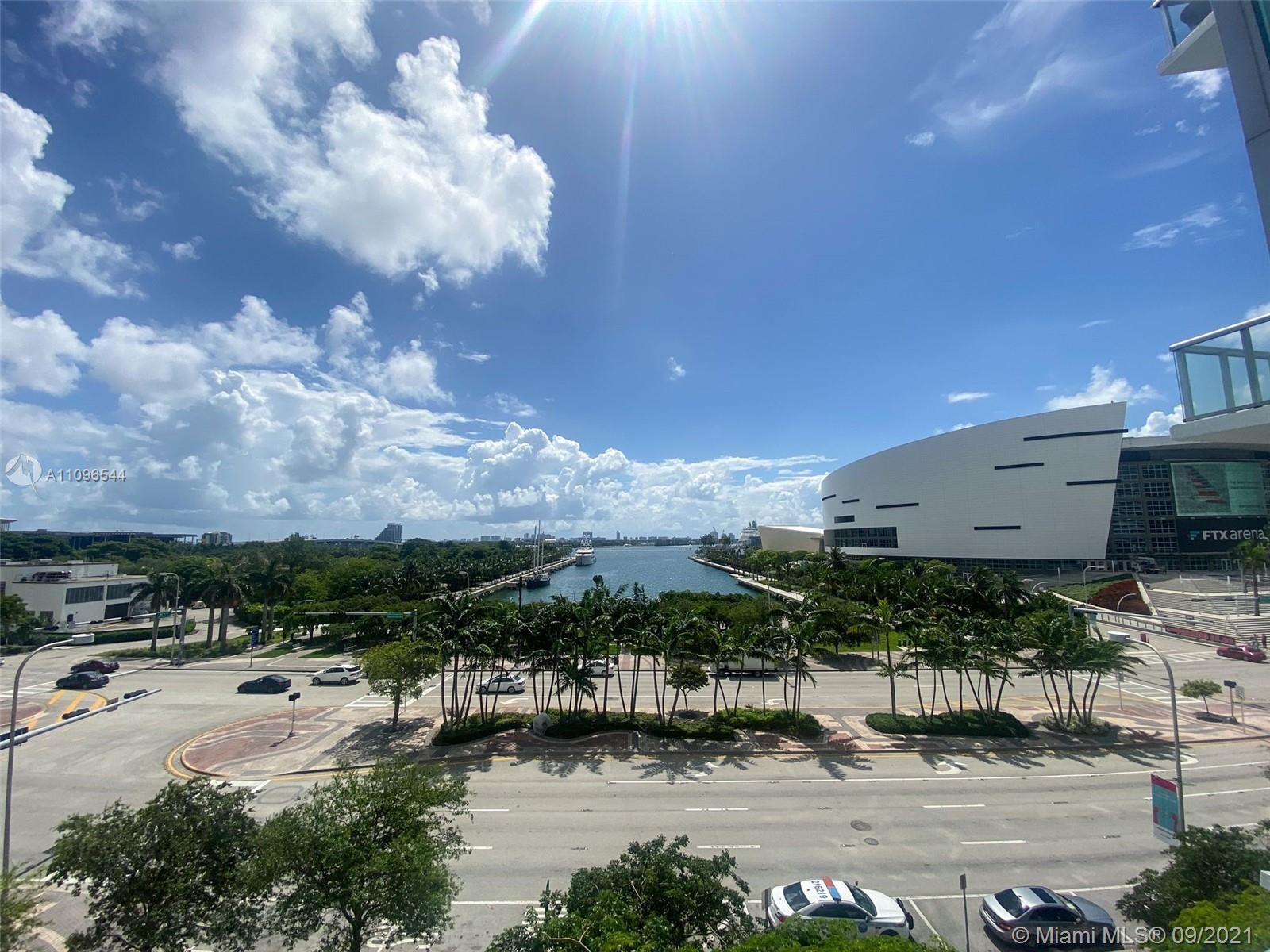 SPECTACULAR VIEWS 1 BED + DEN & 2 BATH CONDO IN DOWNTOWN MIAMI. UNFURNISHED W/ STAINLESS STEEL APPLI