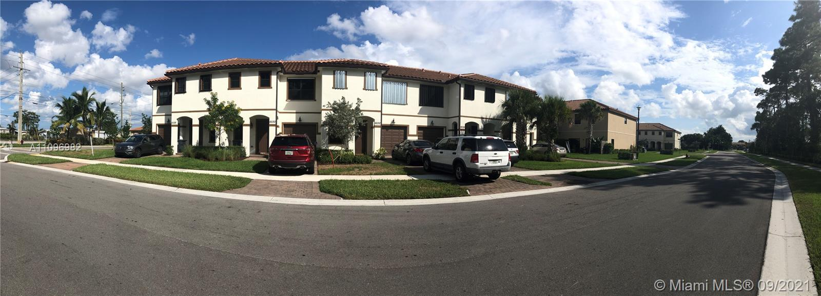 Gorgeous townhouse with very nice interior finishes, Beautiful kitchen with granite and waterfall is