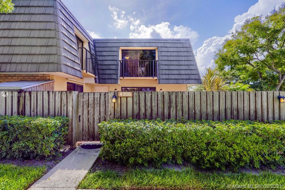 Lovely 2 bedroom, 2.5 bathroom single-family home in West Palm Beach! This perfect starter home or i
