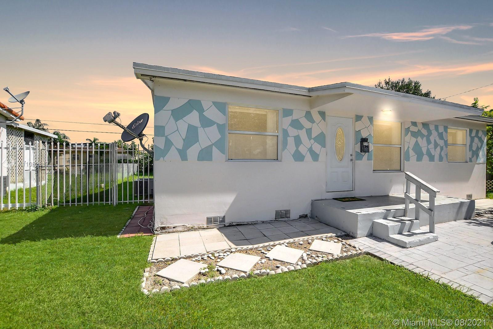 3 BEDROOM 2 FULL BATHROOM SINGLE FAMILY HOME IS LIGHT & BRIGHT. UPDATED KITCHEN HAS GRANITE COUNTERS