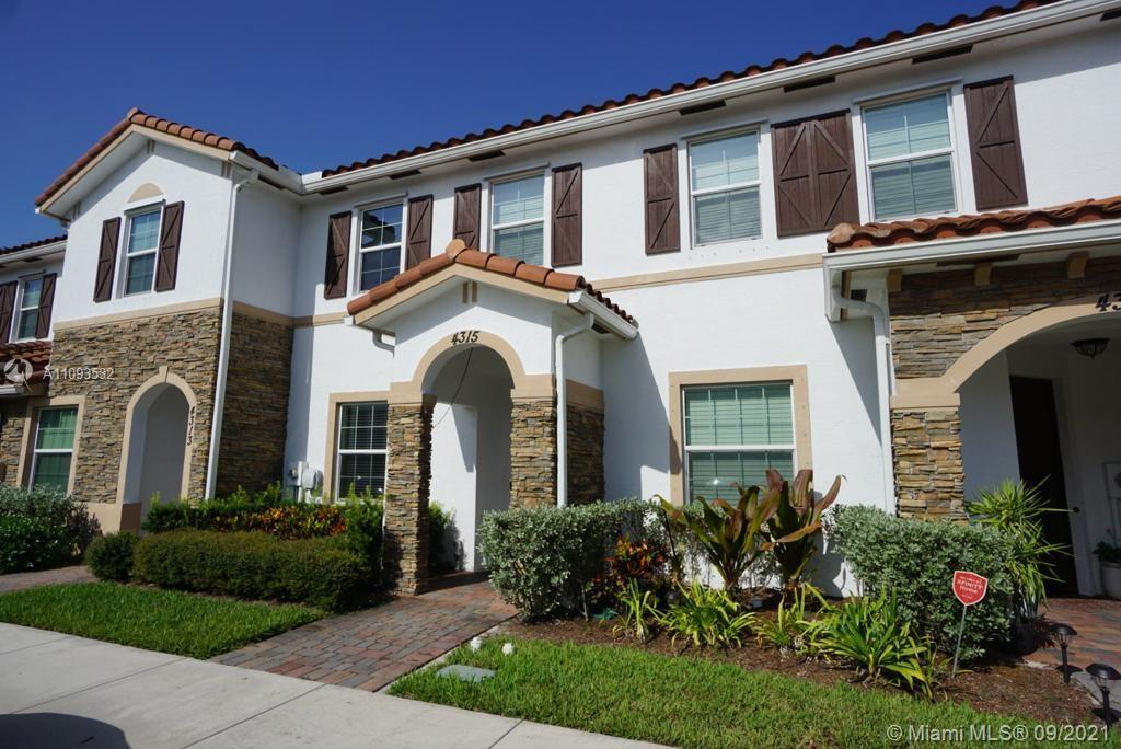 Beautiful 2/2.5 townhouse at the Charleston Commons in West Palm beach. Great location easy access t