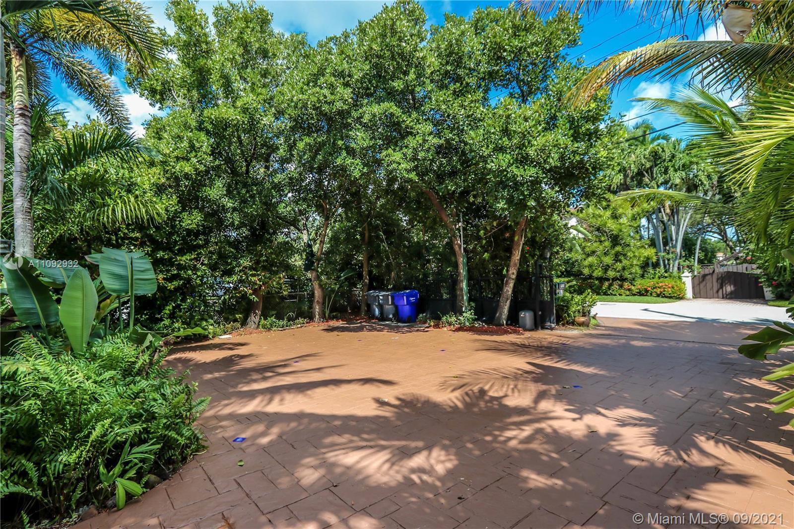 CHARMING  3BED / 2BATH HOME LOCATED IN PRESTIGIOUS S NORTHLAKE DR ACROSS FROM MUTI-MILLION DOLLAR PR