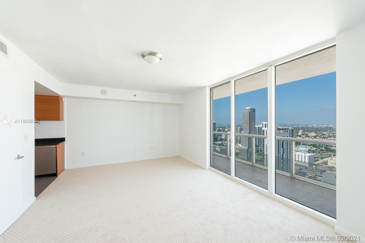 Beautiful unit in the heart of Downtown Miami. Unit features elegant kitchen and bathroom cabinets,